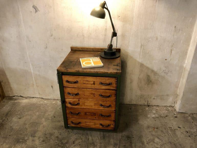 Wohnfertig restaurierter Schubladenschrank