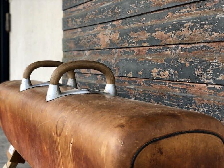 Ausgefallene Sitzbank aus einem Turngerät