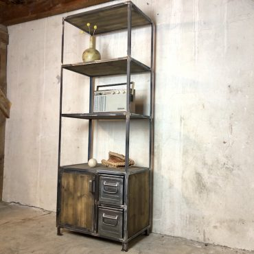 Industrial Schrank mit alten Metallkisten