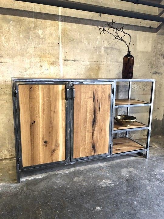 Stahlsideboard mit massiver Eiche